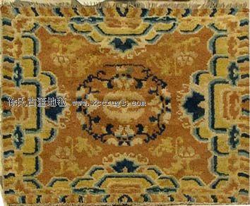 它包含有维吾尔族和田地毯的几何形锦纹,有锦缎的如意,宝相花图案,有